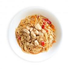 Курица в сладком соусе чили с яичной лапшой и овощами