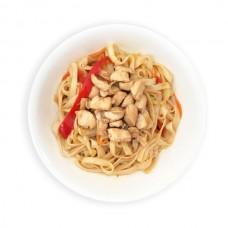 Курица в соусе кимчи с пшеничной лапшой и овощами